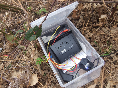 Gli accessori del kit solare: regolatore di carica e batteria al riparo dalla pioggia