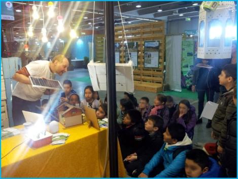 Riccardo spiega agli studenti di una scuola elementare il funzionamento dei pannelli solari