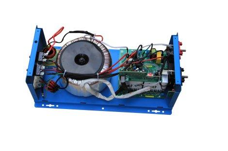 L'interno di un inverter con trasformatore toroidale: l'autoconsumo è più basso del 60/70% rispetto ai modelli classici con trasformatore lamellare